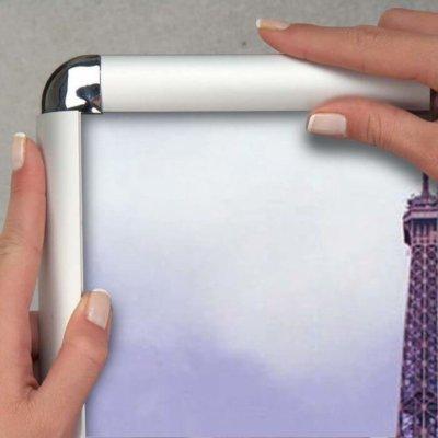 Klapprahmen mit 32 mm Aufsichtsbreite mit Rondo-Ecken für eine moderne Präsentation