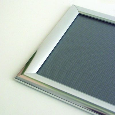 Alurahmen in silber glänzend geben mehr Aufmerksamkei als ein silber maer Rahmen