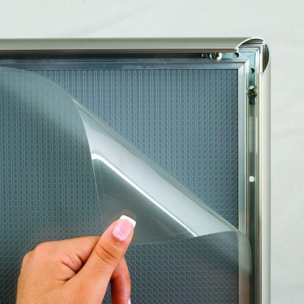 Klapprahmen 25 mm mit Edelstahl-Optik - eingelegte PET-Schutzfolie wird abgenommen um in neue Bild einzulegen