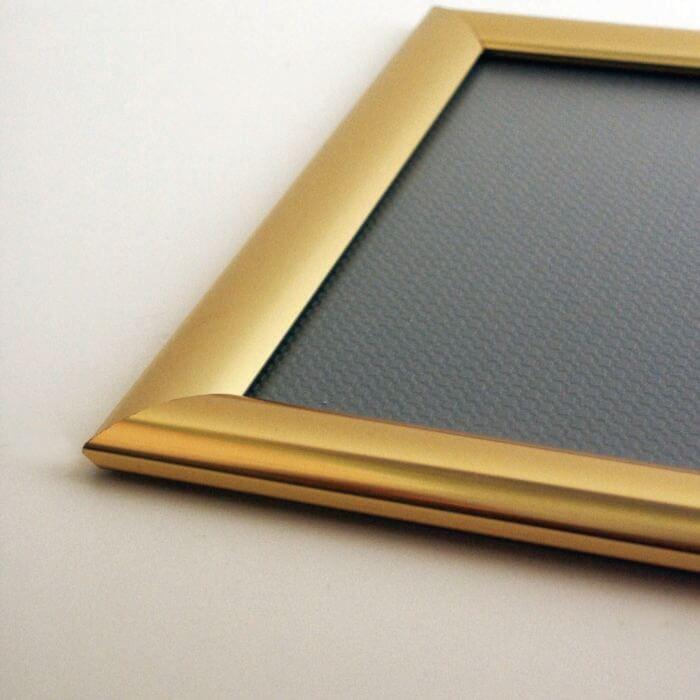 Klapprahmen in einer 25 mm Aufsichtsbreite und goldfarben eloxiert
