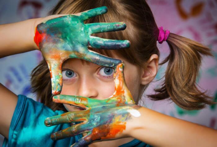 Kinder malen schöne Bilder in der Schule